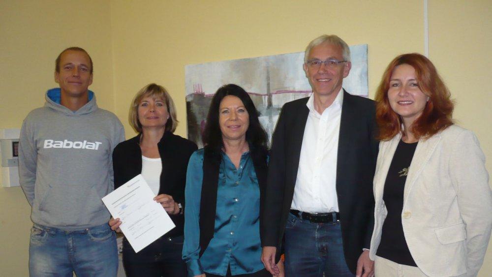 von links: Marc Brill, Marei Ulmer, Regina Berg (Rektorin der Goetheschule), Rudibert Glowka und Frau Zondler (Elternbeirätin)